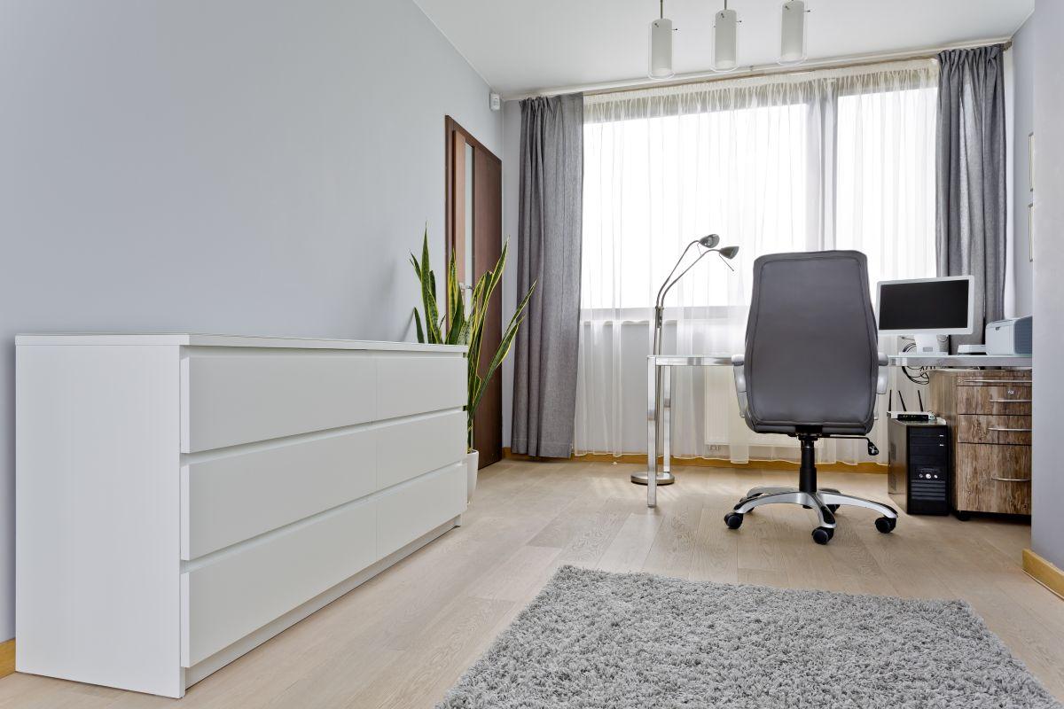 Komody w różnych pomieszczeniach domu i mieszkania